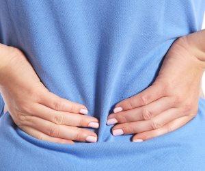 ابتعدى عن الحلى الثقيلة والكعوب العالية والجينز للحفاظ على صحة ظهرك