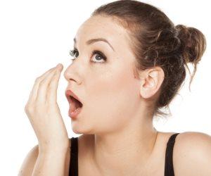 أبرز الأسباب وطرق التخلص من رائحة الفم الكريهة