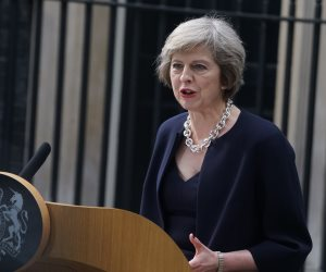 الانقسامات تدب في حزب تيريزا ماي.. هل تنجو رئيسة وزراء بريطانيا من الإطاحة؟