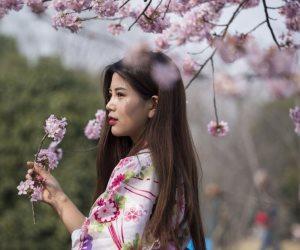 شم الزهور يمنع العصبية والتوتر .. استنشاق رائحة الورود يحسن نفسيتك