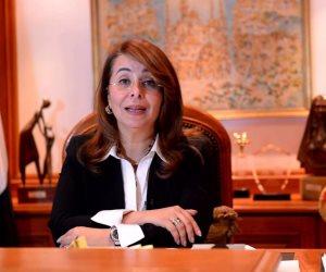 غادة والي تكرم مديرة جمعية «تواصل» وإحدى أمهات عزبة خير الله