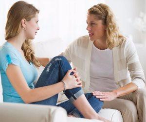 ثلاثة خطوات بسيطة تجنبك الصدام مع ابنتك المراهقة .. اظهري لها الحب