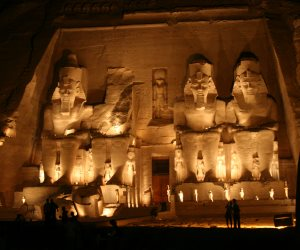 سائحون عن عرض «الصوت والضوء» بمعبد أبو سمبل: «انضربنا على قفانا»