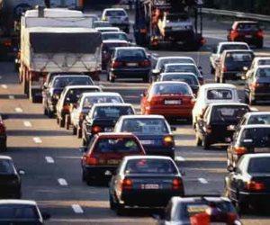 زحام مروري إثر حادث تصادم سيارتين بشارع الثورة بمصر الجديدة