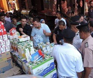 مباحث التموين بالجيزة تضبط صاحب مصنع يجمع حلوى فاسدة ويعيد بيعها