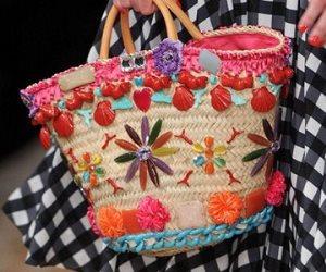 زيني الحقائب والصنادل الصيفية بالورد البلدي والألوان الزاهية والمزركشة