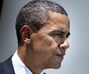 أوباما يظهر في أحد معارض الكتب.. ومواطن أمريكي: «اشتريت إيه؟» (فيديو)
