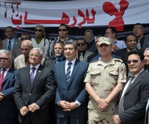 رئيس جامعة المنيا يقود وقفة تضامنية للتنديد بتفجيرات طنطا والإسكندرية