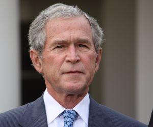 في الذكرى العاشرة لضرب جورج بوش بالحذاء.. ماذا قالت واشنطن بوست عن واقعة؟