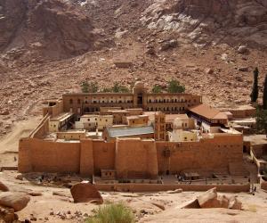 دير سانت كاترين.. الصليب والهلال يلتقيان في قلب جبال سيناء (صور)