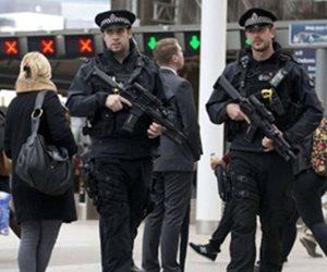 الشرطة البريطانية: مقتل رجل طعنا على يد رجلين يركبان دراجة بخارية