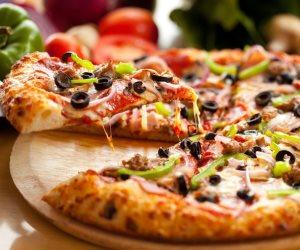4 أطعمة لا يجب على حيوانك الأليف تذوقها.. أولها البيتزا