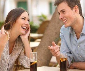 تجنب الانتقاد الدائم للآخرين وابتسم في وجه أخيك .. خطوات لتكون شخص اجتماعي