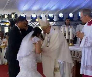 بابا الفاتيكان يبارك زواج عروسين في القداس الإلهي باستاد الدفاع الجوى (صور)