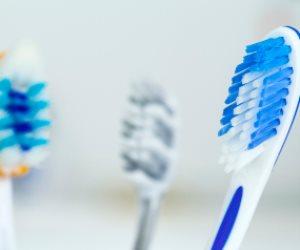 لا تغطيها أو تضعها على الأسطح.. عادات يجب الانتباه لها عند التعامل مع فرشة الأسنان