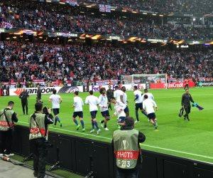لحظة دخول مانشستر يونايتد ملعب مباراة أياكس (فيديو)