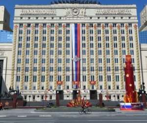 """روسيا: الدفاع الجوي بقاعدة """"حميميم"""" أسقط أهدافا مجهولة الهوية دون إصابات"""
