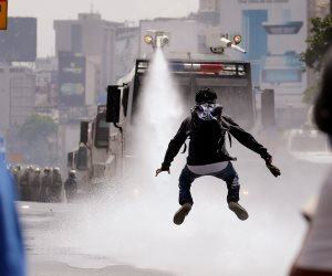 مواجهات بين الشرطة ومتظاهرين حاولوا التقدم باتجاه قاعدة عسكرية فى فنزويلا (صور)