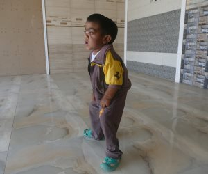 محمد: «المرض ينهش في ابني الوحيد.. ويا ريت أهل الخير يساعدوني»