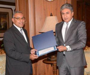 وزير الطيران يكرم رئيس الهيئة العامة للأرصاد الجوية