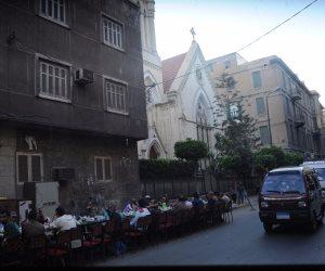 «فيها حاجة حلوة».. «ضيوف الرحمن» يفطرون أمام كنائس الإسكندرية (صور)