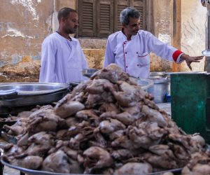 «شيف الغلابة».. عم «سعيد» طباخ أكبر مائدة رحمن بالسيدة نفيسة (فيديو)