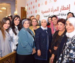 سيدات المجتمع المصري يلتقطن صورا تذكارية مع حرم الرئيس السيسي