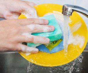 7 عادات خاطئة عند غسل الأطباق .. استخدام كمية كبية من المسحوق واسفنجة غير نظيفة