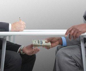 هل فرق القانون بين الرشوة المالية والجنسية؟.. قانوني يجيب