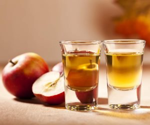 لو بتعاني من البثور إليك هذه الحلول...خل التفاح وزيت جوز الهند