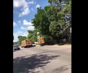 حادث لأتوبيس مدرسي بسبب تعرض السائق لأزمة قلبية (فيديو)