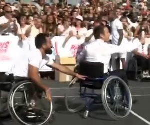 ماكرون الإنسان يجلس على كرسي متحرك ويلعب التنس مع ذوي الإعاقة (فيديو)