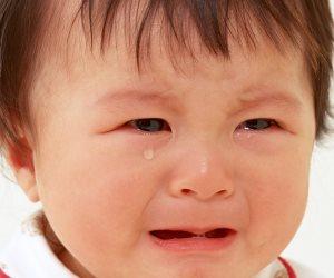 لو طفلك حساس بزيادة وكثير القلق.. إليك الحل