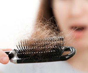 أسباب تساقط الشعر عند النساء و الرجال وطرق الحل