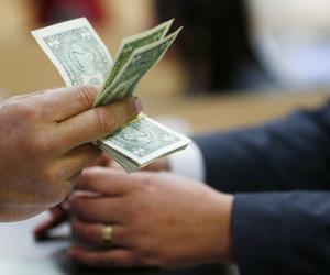 تباين أسعار الدولار في البنوك خلال التعاملات الصباحية
