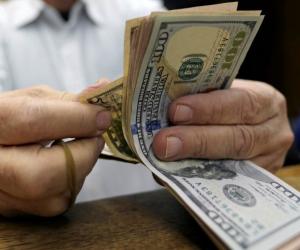 الدولار يسجل هدوءا نسبيا مع بدء التعاملات الصباحية