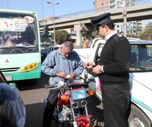 إصابة ضابط شرطة صدمته سيارة أجرة أثناء فحص الرخص بطريق الكريمات