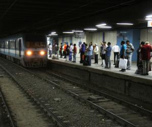 شاهد عيان يروي تفاصيل واقعة تعرض طفل للموت أسفل عجلات مترو غمرة