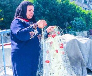 أم أحمد تداعب النيل في رحلة البحث عن لقمة العيش