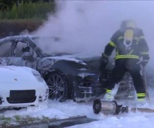 حريق هائل يلتهم 12 سيارة بورش في هامبورج  (فيديو)