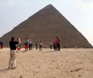 احتفاء بـ «كنوز الفرعون».. التليفزيون الفرنسي يقدم سهرة خاصة من الأهرامات