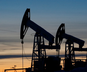 النفط يهبط 2 بالمئة بفعل علامات على زيادة في الإنتاج