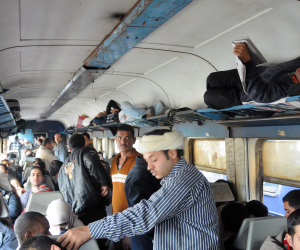 اشتباكات بين ركاب قطار 25 المميزة بسبب الزحام على المقاعد (فيديو)