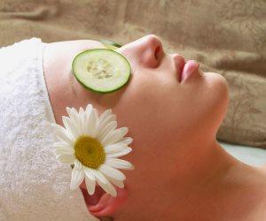 فوائد الخيار للعناية بالبشرة خلال فصل الصيف مبرد طبيعي ويزل الانتفاخات حول العينين