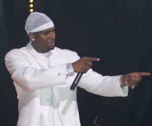 المغني آر كيلي ينفي مقالا اتهمه باحتجاز نساء رغم إرادتهن