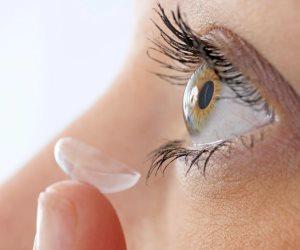 العدسات اللاصقة قد تزيد من مخاطر إصابة العين بالعدوى والبكتيريا