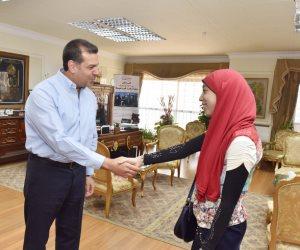 محافظ أسيوط يكرم الطالبة الثامنة على مستوى الجمهورية بالشهادة الثانوية الأزهرية