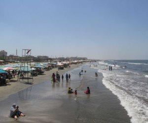 المصطافون يستمتعون بمياه شاطئ بورسعيد هربا من حر الصيف (صور)