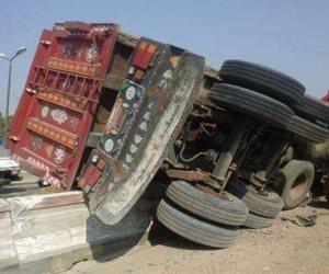 زحام مروري بسبب انقلاب سيارة نقل محملة بالجبس في طريق إسكندرية الصحراوي