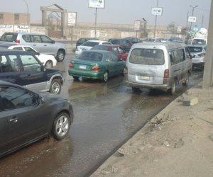 كثافات مرورية فى تقاطع المنصورية مع شارع الهرم بسبب كسر ماسورة مياه